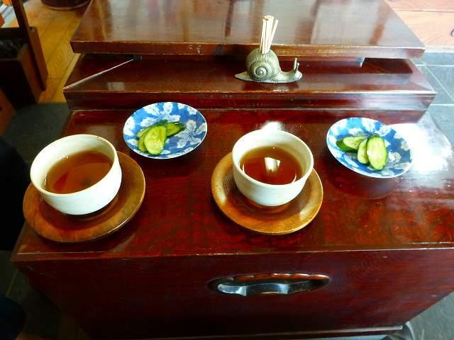 お茶と漬物.jpg