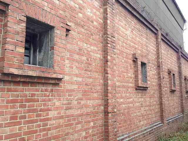 レンガの壁と窓.jpg