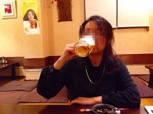 処理済~生ビールを飲むジャン妻.jpg