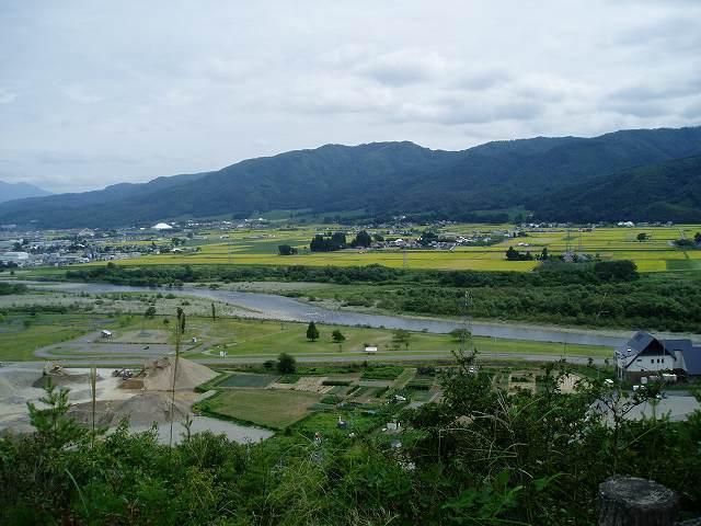 向羽黒山城から一ノ堰方面を望む.jpg