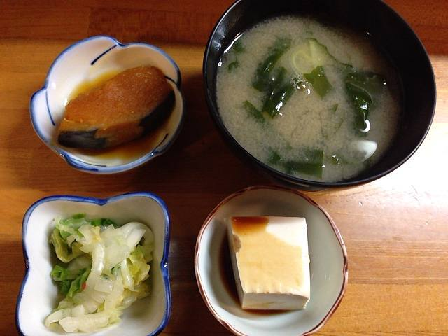 小鉢と味噌汁と漬物.jpg
