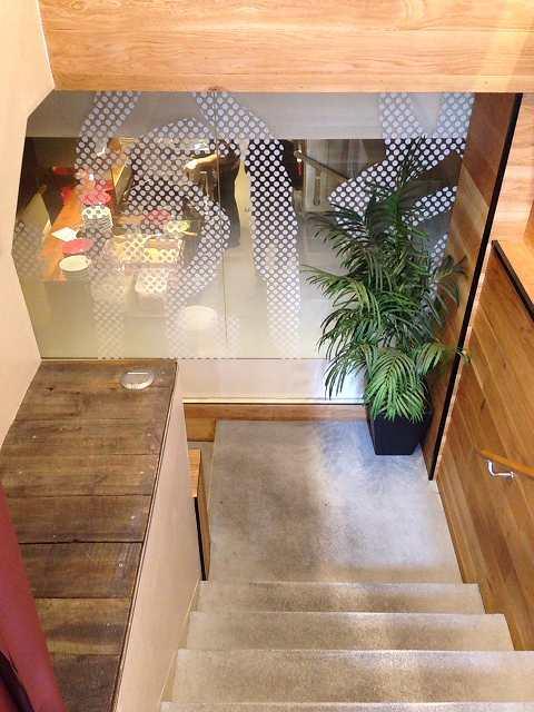 店内に降りる階段.jpg