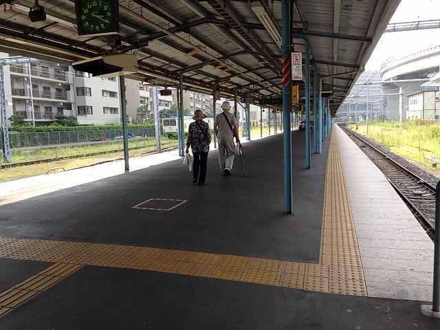 横須賀駅構内の老夫婦.jpg