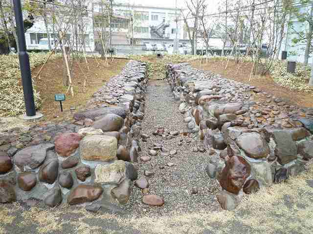 石垣水路と石樋.jpg