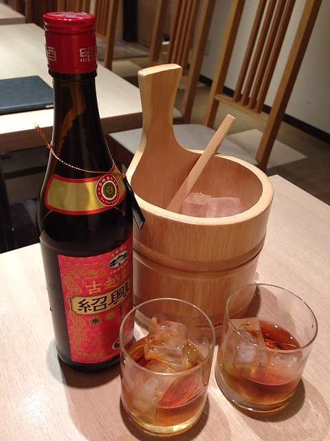 紹興酒ボトルとアイスとグラス.jpg