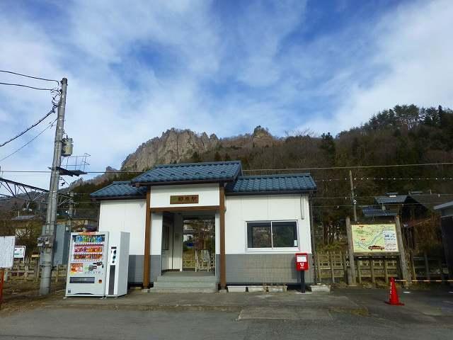 郷原駅と岩櫃山.jpg