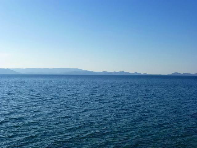 青い湖水と青空1.jpg